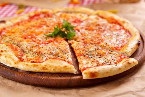 بيتزا المارجريتا الشهية وسهلة التحضير