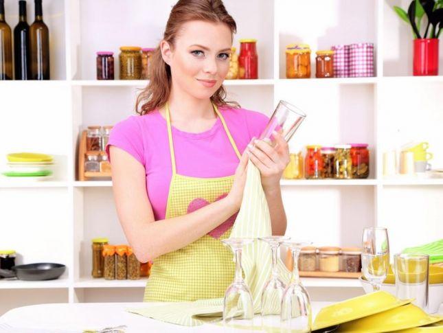 3  طرق لإزالة البقع عن أكواب الزجاج