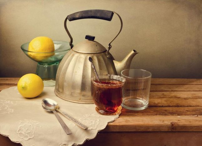 نظّفي إبريق الشاي بقشر الليمون الحامض