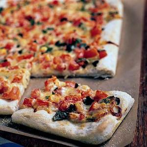 بيتزا الثوم والطماطم والريحان المشوية