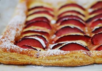 طريقة تحضير بف باستري بحشوة  التفاح والخوخ الشهية  Plum-puff-pastry