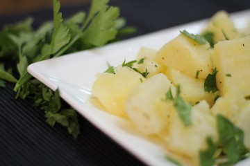 بالفيديو سلطة البطاطا بالثوم وزيت الزيتون