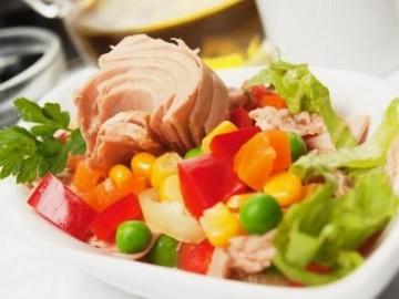 التونا مع الذرة غذاء كامل