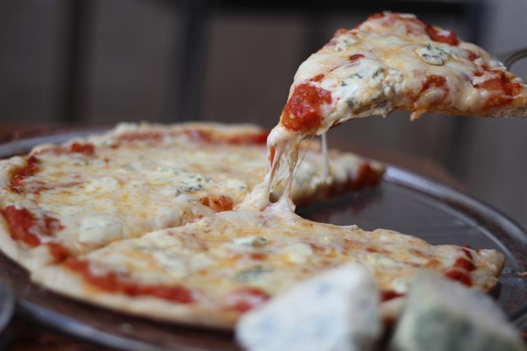 بالفيديو طريقة عمل بيتزا الأجبان الأربعة المميزة