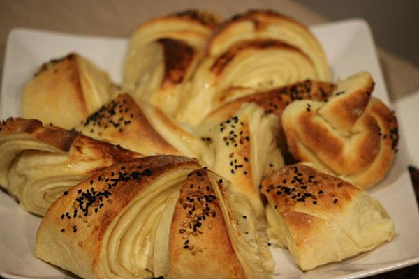 خبز بالجبنة وحبة البركة.. بمذاق ساحر