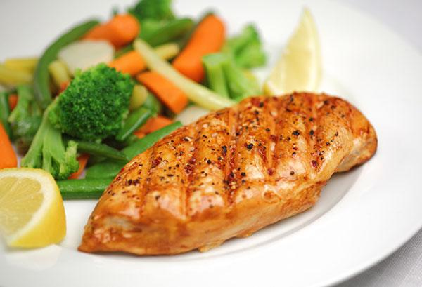 الدجاج المشوي بصلصة الفول السوداني لرجيم صحي