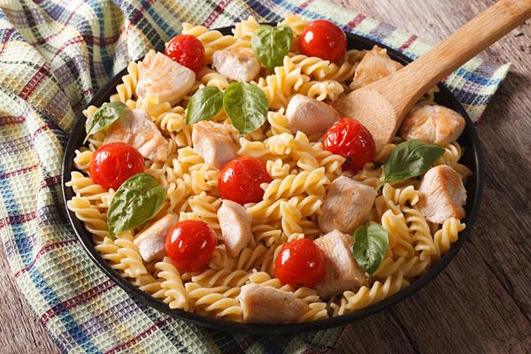 طريقة عمل سلطة الدجاج مع المعكرونة الشهية  Chicken-pasta-salad