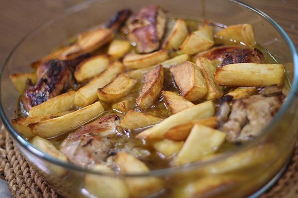 بالفيديو صينية دجاج بالبصل بالفرن.. تقليدي وشهي