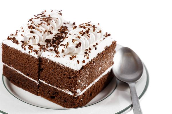 كيكة الشوكولاتة بكريمة السكر الغنية