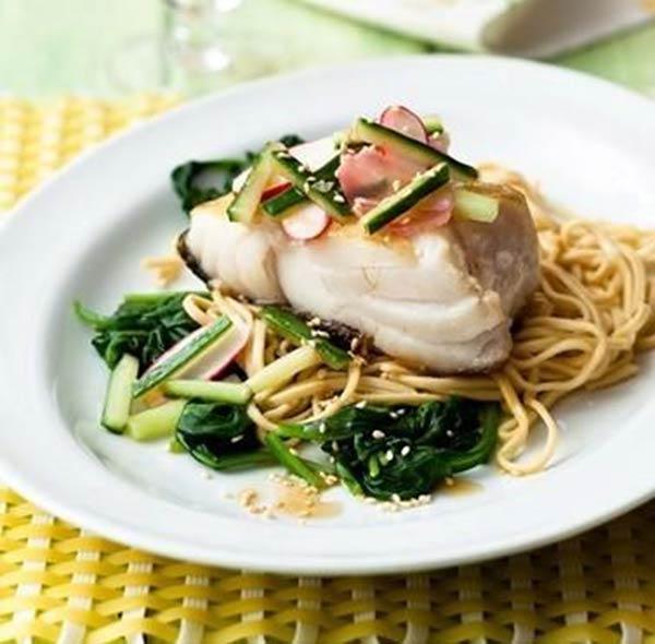 السمك المقلي مع السبانخ والنودلز fish-noodles.jpg