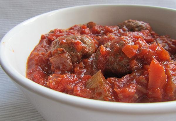طريقة عمل كرات اللحم والباذنجان المدخن مع صلصة الطماطم Meatballs-with-tomato-new