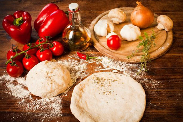 طريقة عمل عجينة البيتزا لكل انواع البيتزا  Pizza_dough