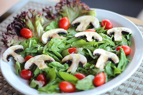 تحضير سلطة من الجرجير والفطر  Rocca-salad