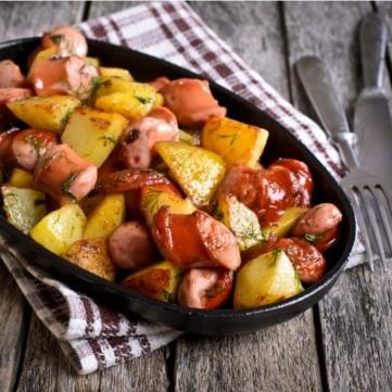 بطاطس محمرة مع السجق للفطور