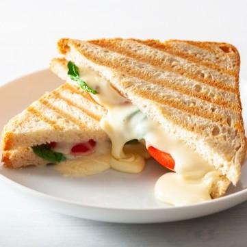 ساندويش الجبن المحمص مع الطماطم للفطور