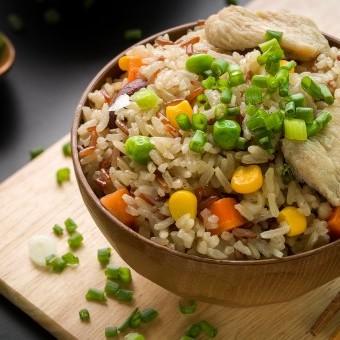 أرز مقلي بالدجاج والخضار