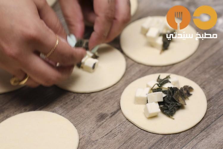 طريقة عمل فطائر الجبن بالزعتر الأخضر , فطائر الجبن بالزعتر الأخضر 2021 03a6a040f44a815959df