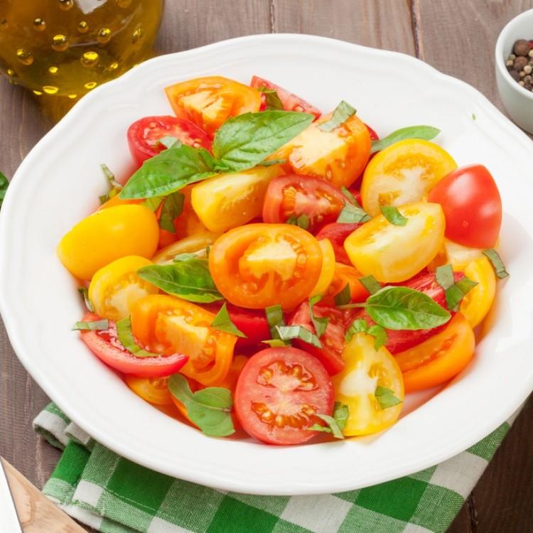 سلطة الطماطم الملونة بالريحان وزيت الزيتون