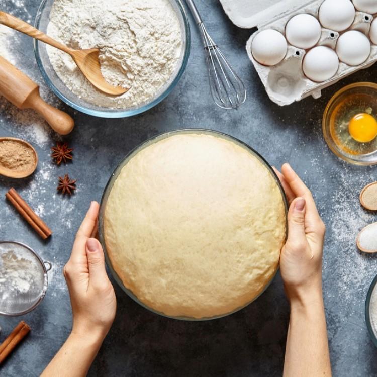لماذا لا ينبغي تذوق العجين قبل خبزه؟