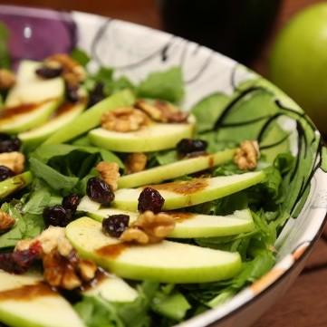 سلطة الجرجير والتفاح الاخضر الشهية
