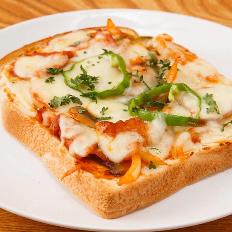 بيتزا توست سهله بالجبن من اطباق الفطور الصباحي