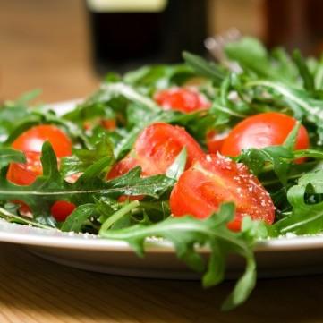 سلطة الجرجير مع جبن البارميزان والطماطم