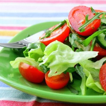 سلطة الخس بالجرجير والطماطم