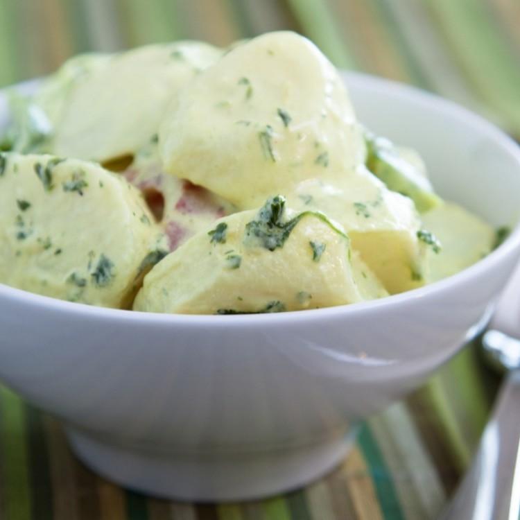سلطة البطاطس بالمايونيز والبصل الأخضر