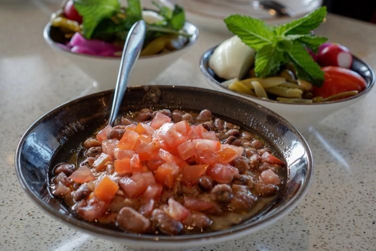 فول مدمس بالطماطم والبصل