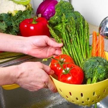 أطعمة لا يعرف الكثيرين الطرق الصحيحة لغسلها؟