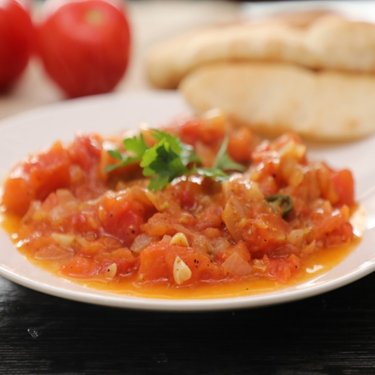 قلاية الطماطم بزيت الزيتون والثوم بالفيديو