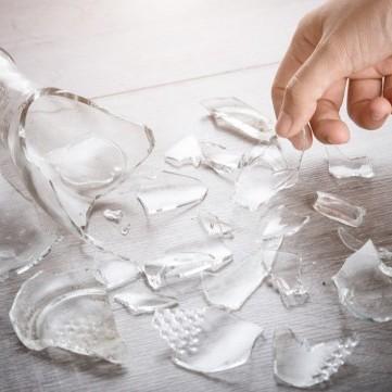 إليكم هذه الطرق الآمنة لجمع الزجاج المكسور في المنزل