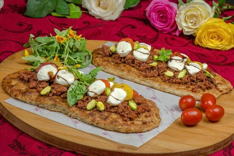 الخبز التركي بالسجق وجبن الموزريلا