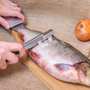 طريقة سهلة لتنظيف السمك في دقائق