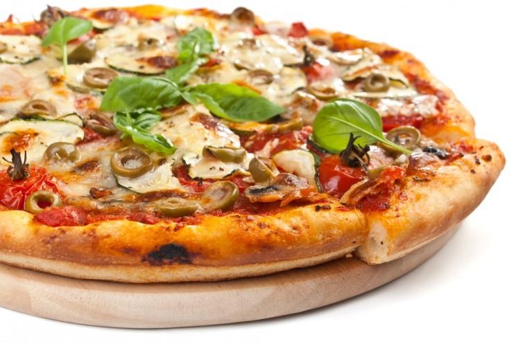 بيتزا سهلة بعجينة العشر دقايق