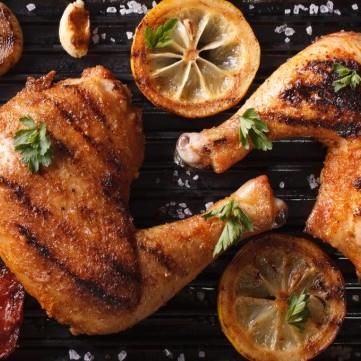 لا تتخلصي من جلد الدجاج أثناء الطهي لتلك الأسباب
