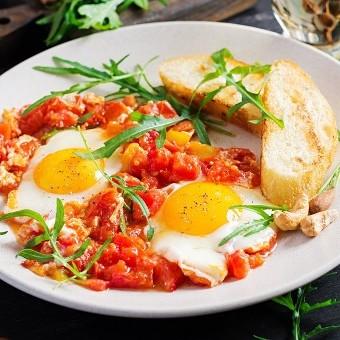 البيض بالطماطم