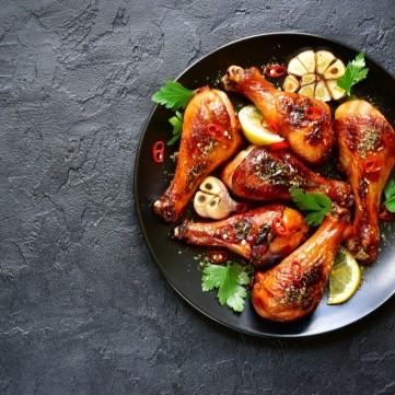 أفخاذ الدجاج المشوية بالثوم والصلصة الحارة