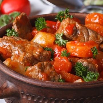 صينية لحم بالفرن مع الصلصة والبطاطس