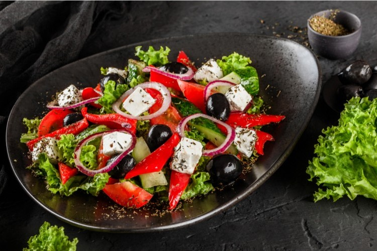سلطة الطماطم والزيتون الأسود مع الجبن