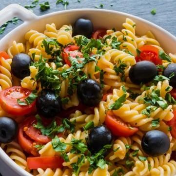 مكرونة بالطماطم والزيتون للنباتيين