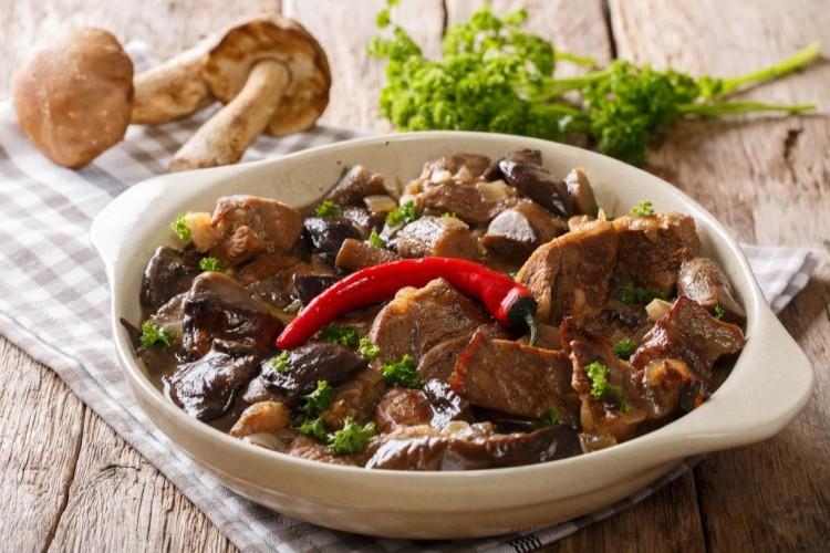 صينية لحم بالفرن مع الفطر