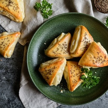 فطائر الجبن الأبيض بالبقدونس