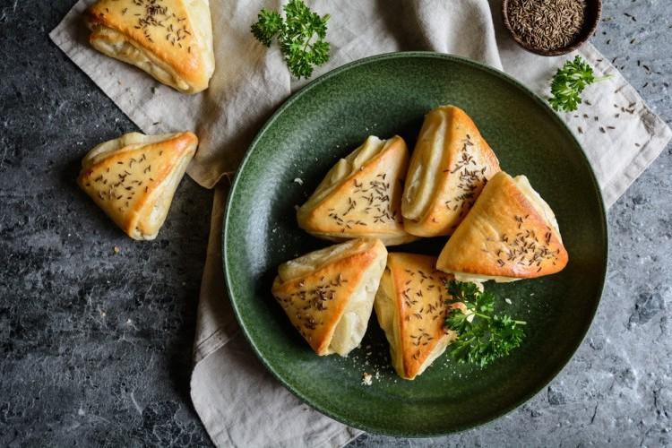 طريقة عمل فطائر الجبن الأبيض , فطائر الجبن الأبيض بالبقدونس 2021 3c9524a9e0ddd9cab67b