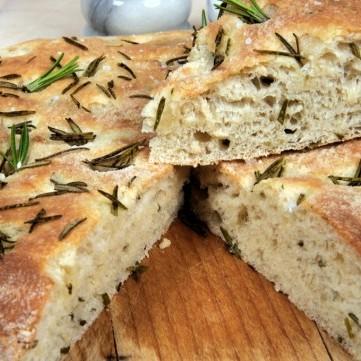 خبز الفوكاشيا بالبصل المكرمل والأعشاب
