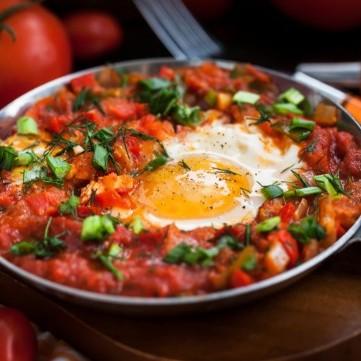 بيض بالبسطرمة والطماطم