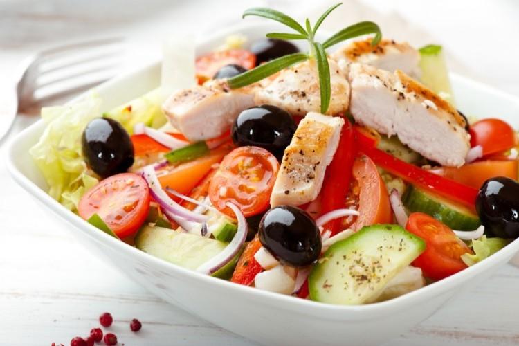 سلطة يونانية بالدجاج صحية ومناسبة للرجيم