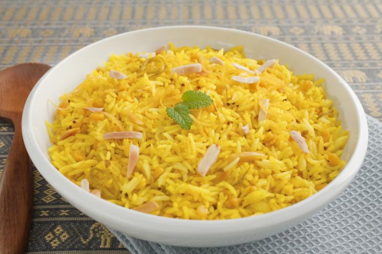 أرز بالدجاج والكاري والبصل