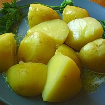 بطاطس مسلوقة مع الزبدة لمقبلات شهية