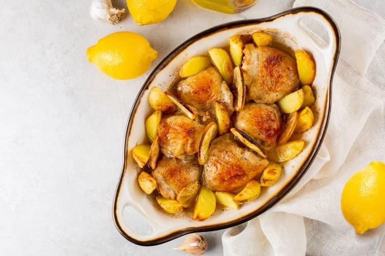 دجاج مشوي بالليمون والبطاطس من المطبخ اليوناني